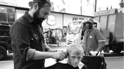 De estilista de estrellas de Hollywood a cortar el cabello a personas sin hogar