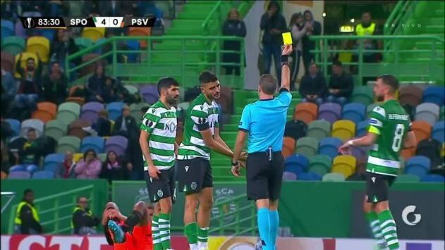 Tarjeta amarilla. El árbitro amonesta a Tiago Ilori de Sporting CP