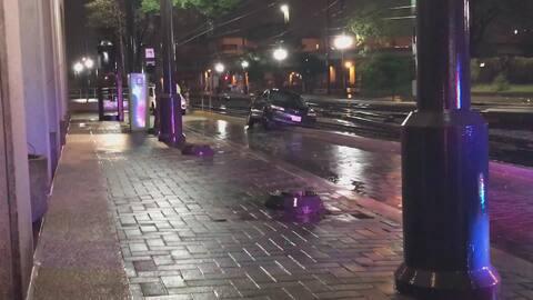 Vehículo queda atorado entre las vías del tren en el centro de Dallas