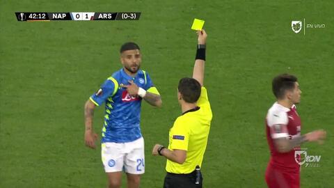 Tarjeta amarilla. El árbitro amonesta a Lorenzo Insigne de Napoli
