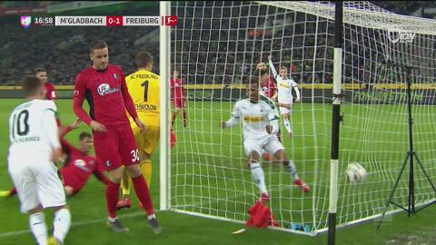 Alassane Pléa pone el 1-1 para el Mönchengladbach tras una jugada polémica