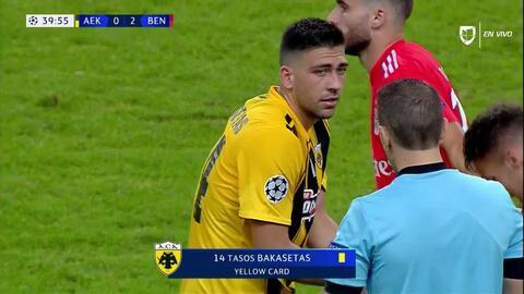 Tarjeta amarilla. El árbitro amonesta a Anastasios Bakasetas de AEK Athens