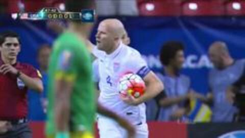 Goooolll!! Michael Bradley mete el balón y marca para Estados Unidos
