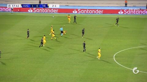 Tarjeta amarilla. El árbitro amonesta a Marin Leovac de Dinamo Zagreb