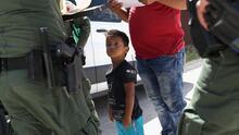 Qué significa la oferta de reunificación de familias migrantes anunciada por Mayorkas
