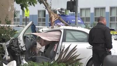 Investigan un accidente mortal en Los Ángeles en el que un auto pierde el control y choca contra un edificio