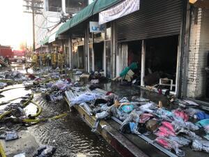 En fotos: incendio de magnitud destruye tres locales comerciales en 'los callejones' de Los Ángeles