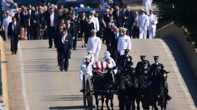 Sepultan a John McCain en ceremonia privada en la Academia Naval junto a un viejo amigo