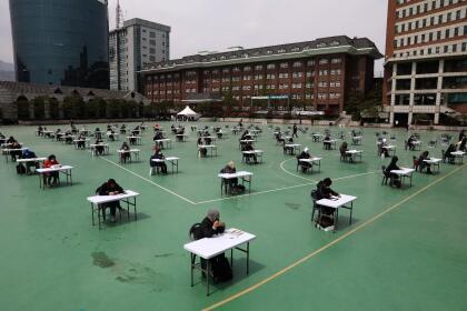 <b>Un examen nacional con distancia.</b> Una cancha deportiva al aire libre fue habilitada para que un grupo de estudiantes fueran evaluados en la Universidad Seokyeong de Seúl, Corea del Sur, el 25 de abri.