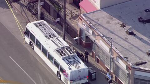 Policía busca al sospechoso de apuñalar a un hombre dentro de un autobús en Los Ángeles