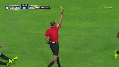 Tarjeta amarilla. El árbitro amonesta a Juan Guillermo Cuadrado Bello de Colombia