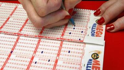 Los premios mayores Powerball y Mega Millions suman un total de más de $800 millones