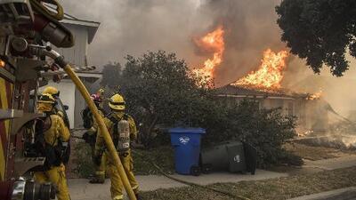 Incendios fuera de control encienden las alarmas en el vecindario de Bel-Air en pleno corazón de Los Ángeles