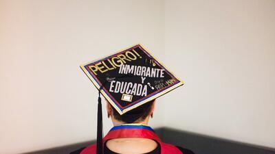 ¡Sí se pudo! Estos birretes decorados muestran orgullo hispano entre alumnos de EEUU
