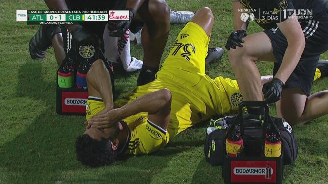 Youness Mokhtar deja el campo lesionado y sin poder apoyar el pie