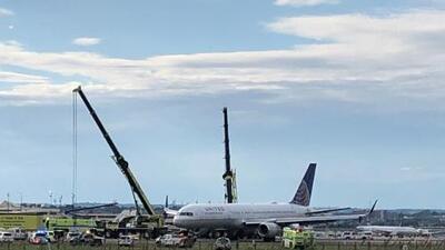 Cierran por más de 5 horas aeropuerto de Newark por avión de United Airlines que se salió de la pista