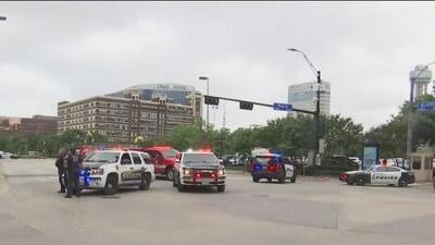 Investigan la balacera en el centro de Dallas que dejó a un sospechoso muerto y a un agente herido