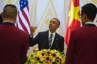 Obama anuncia el fin de un viejo embargo, se reúne con comunistas y cena por seis dólares en Vietnam