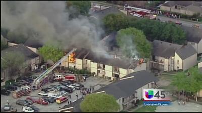 Varias viviendas afectadas por incendio al suroeste de Houston