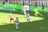 Augsburg le niega dos veces el gol a Emil Forsberg, hasta Gouweleeuw salvó con la espalda