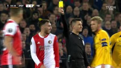 Tarjeta amarilla. El árbitro amonesta a Orkun Kökcü de Feyenoord