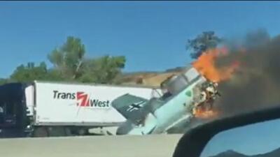 Una antigua avioneta aterriza de emergencia en una autopista y estalla en llamas