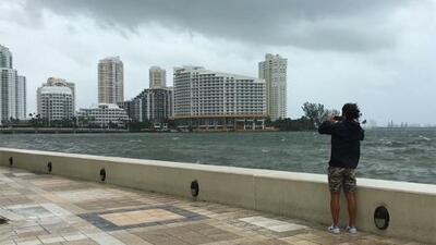 Video: Las primeras lluvias llegan a la zona financiera de Miami