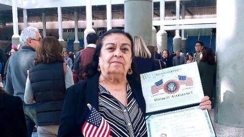 A sus 80 años, esta abuela hispana obtuvo la ciudadanía