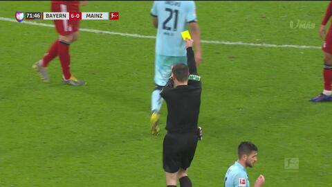 Tarjeta amarilla. El árbitro amonesta a Niklas Süle de FC Bayern München