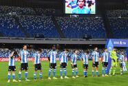 Chucky y Napoli homenajean a Maradona con playera de Argentina