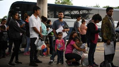 En un minuto: 1,000 indocumentados serán enviados al mes a Florida para aliviar la frontera