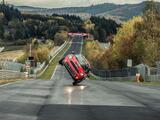 Temerario piloto chino completó una vuelta en el Nürburgring sobre un MINI en dos ruedas