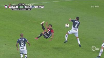 Chilena más taquito de Atlas y Vangioni salva a Rayados sobre la línea de gol