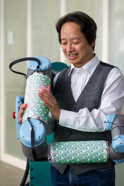 """El proyecto fue liderado por el profesor <a href=""""http://www.professoren.tum.de/en/cheng-gordon"""" target=""""_blank"""">Gordon Cheng, </a>quien junto a su equipo diseñó una piel conformada por células hexagonales de una pulgada de diámetro, aproximadamente del tamaño de una moneda de cuarto de dólar. Cada célula lleva un microprocesador y sensores para detectar contacto, aceleración, proximidad y temperatura, lo que permite a los robots percibir su entorno con mucho mayor detalle y más sensibilidad."""