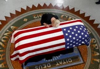 Fotos: Cindy McCain acaricia el féretro de su esposo y su hija llora sin consuelo