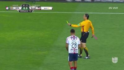 Tarjeta amarilla. El árbitro amonesta a Alejandro Mayorga de Guadalajara