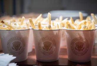 Las imágenes del banquete de comida rápida que sirvió Trump en la Casa Blanca