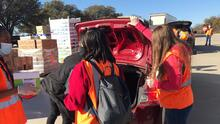 El Banco de Alimentos del Norte de Texas distribuye despensas en Dallas