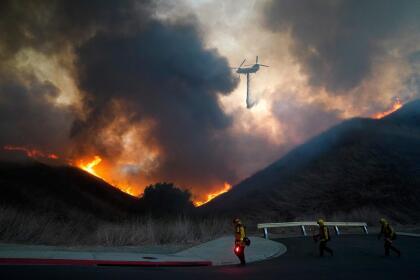 Todo Carbon Canyon desde la línea este del condado de Orange hasta Summit Ranch en el condado de San Bernardino también siguen bajo ordenes de evacuación.