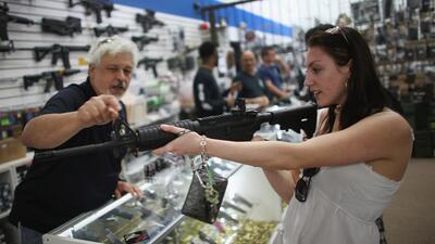Gobernador Cooper urge actuar sobre dos proyectos de ley relacionados con armas