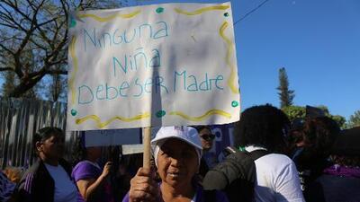 La violaron cuando tenía 14 años y en El Salvador no tuvo otra opción que dar a luz