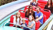 Christian Bale y su familia en Disney