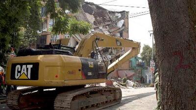 Con maquinaria pesada comienzan a quitar los escombros de las viviendas colapsadas en Jojutla