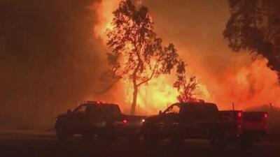 El fuego arrasa con varias localidades de California mientras cientos de miles siguen sin electricidad