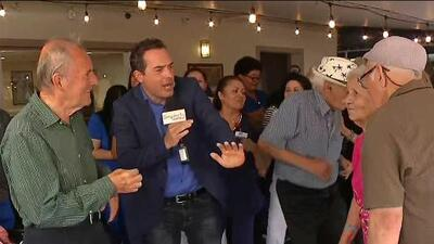 Carlos Calderón se puso a bailar con los jóvenes de corazón que encontraron un hogar en 'The Pointe'