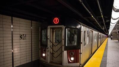 Persona es atropellada por tren 7 en Queens, causando grandes retrasos