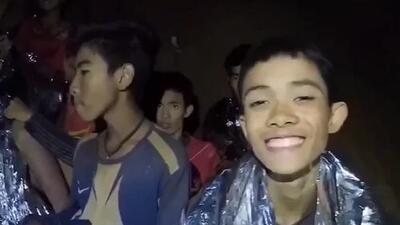 Nuevo video muestra a salvo a los 12 niños y su entrenador atrapados en una cueva en Tailandia