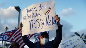 Qué pasa cuando un venezolano que espera un asilo también pide el TPS. Respondemos tus preguntas de inmigración