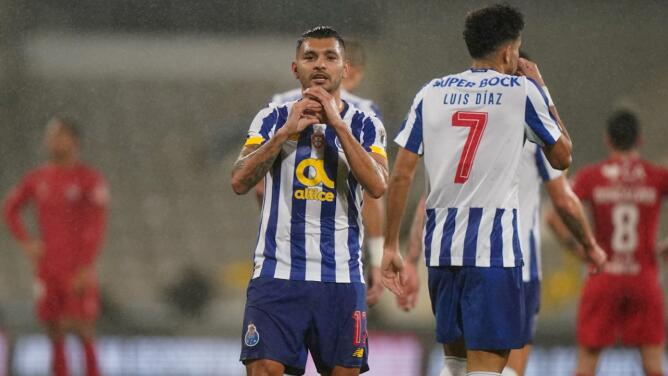 ¡Golazo del 'Tecatito' Corona en la Copa de Portugal!