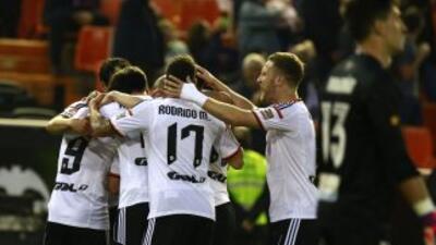 Valencia golea al Levante y sigue enganchado en los puestos de arriba